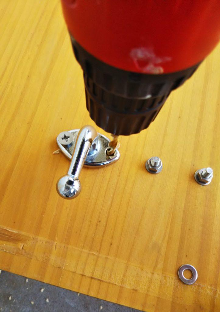 ドリルで穴を開ける工程