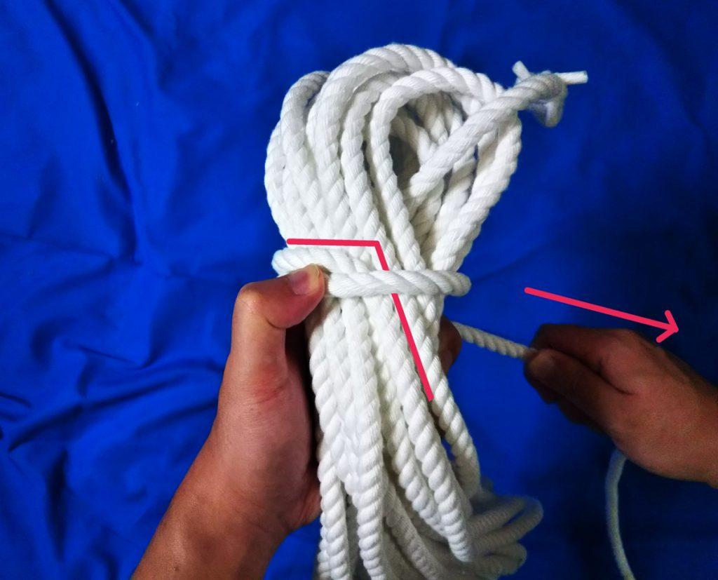 ロープ束上のL字の起点にロープを覆いかぶせてほどけないようにロックしている