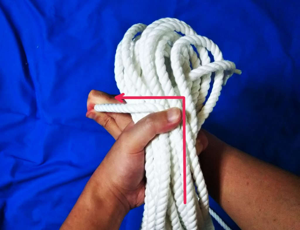 ロープをL字に曲げてロープ束に巻き付けるための起点を作っている